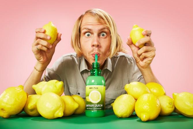 レモン汁を一気飲みする男