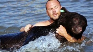 He is タフガイ! 溺れたクマを素手で救助した男