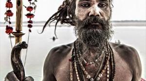 人間の肉を食べ、人の頭蓋骨で酒を飲む 死の教徒アグホリを追え!