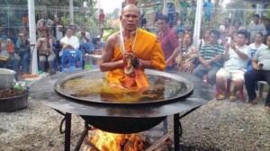 これが悟りの境地か!? 熱した油に浸かるタイの僧侶!