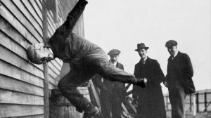 1912年 フットボールのヘッドギア耐久テストの様子
