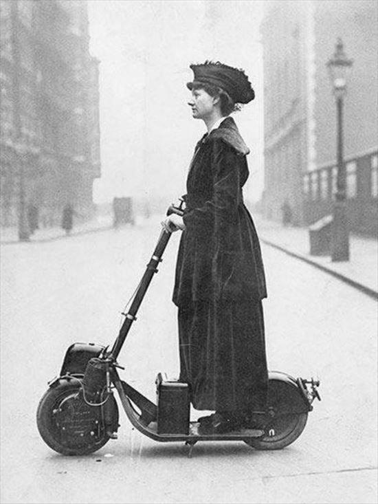 1916 原付(スクーター)にのる夫人