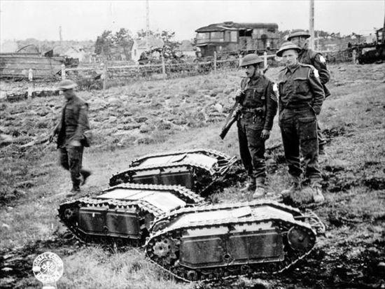 1939~1945年に、イギリス兵が見つけたドイツのミニ・タンク(戦車の下に潜り込んで爆破させる兵器)。