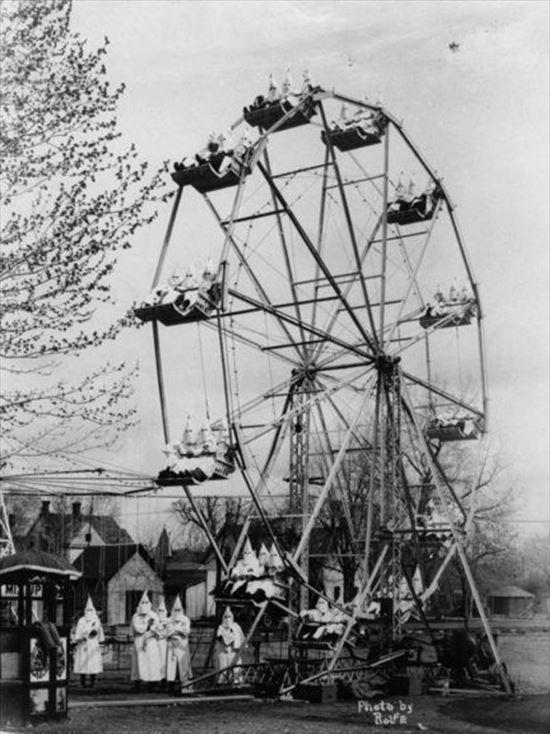 1925年 観覧車に乗って遊ぶKKK(白人至上主義団体)