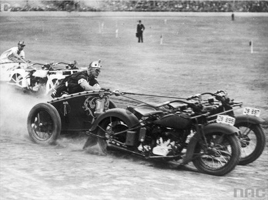 1936年 オートバイ2台を使った馬車レース