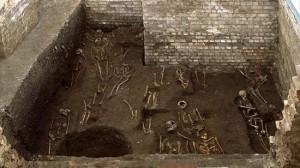 イギリスのケンブリッジ大学の地下から1300体の人骨が見つかる!