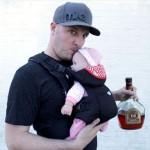完全に悪趣味! ハンズフリーで飲み物が飲める赤ちゃん型の水筒