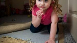 異食症により、スポンジを食べずにはいられない女の子!