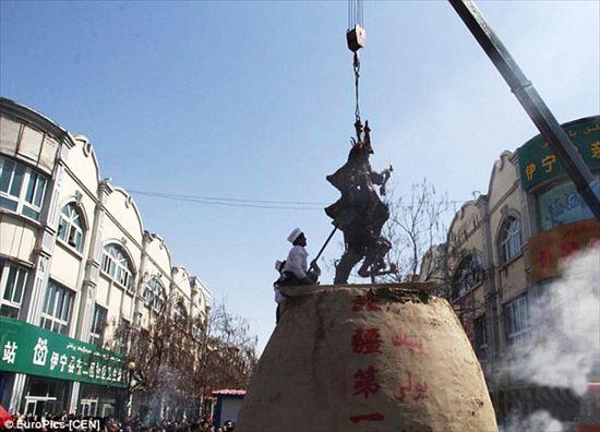 やっぱり中国はスケールが違う! クレーンでラクダ1頭を丸ごとバーベキューに