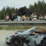 スウェーデンの命知らず! 猛スピードで向かってくる車をジャンプで飛び越える!