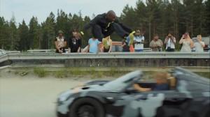 スウェーデンの命知らず!猛スピードで向かってくる車をジャンプで飛び越える!
