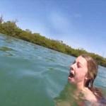 水面にうつる黒い影… 恐怖で女性大パニック! その影の正体は…