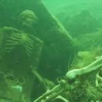 湖の底で見つかった2体のお茶会をするガイコツ!