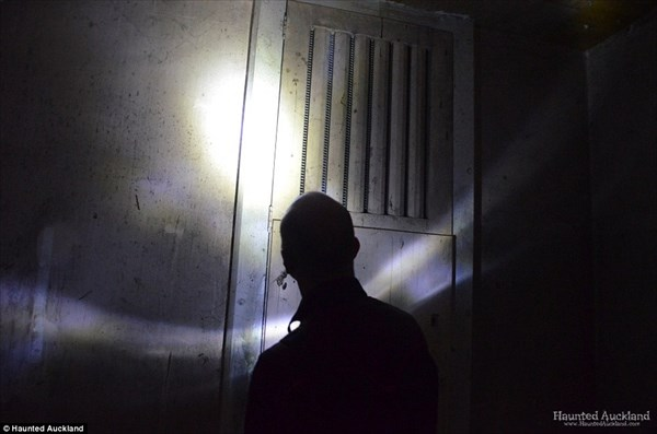廃墟探索! 幽霊目撃数100件以上の閉鎖された元精神病院の内部!