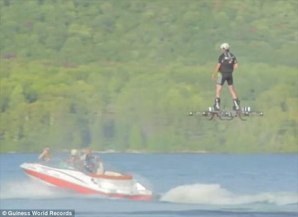 未来の乗り物!飛行距離でギネス記録 カナダの発明家が作ったホバーボード