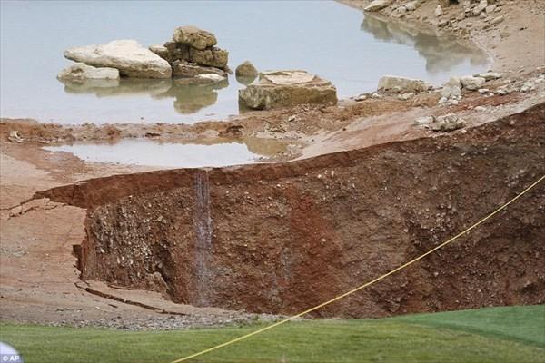 アメリカ・ミズーリ州のゴルフ場に幅24m深さ10mの巨大な穴が空く!