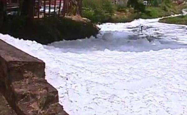 インドの町で悪臭を放つ大量の泡が発生! 原因は下水に含まれる大量の尿!!