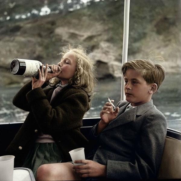 マヨルカ島近く近くのヨットで酒とタバコを嗜む子供(イヴォンヌ13歳とアレクサンダー12歳)