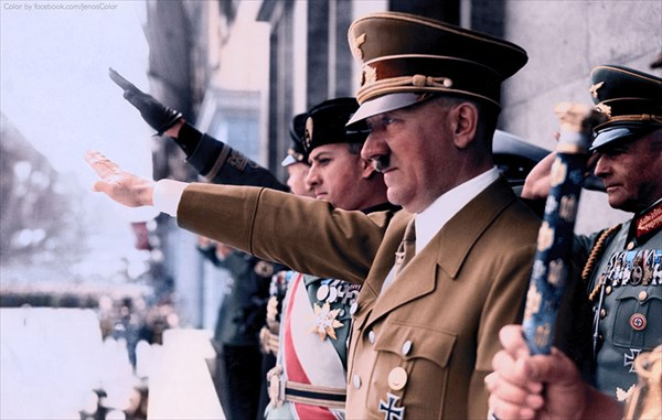 1930年代、ナチ党の集会に参加したアドルフ・ヒトラー
