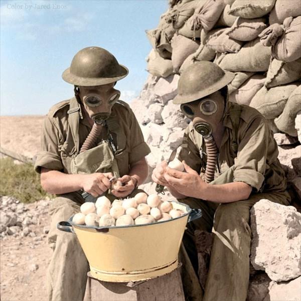 1941年、目に染みないようにガスマスクを着用してタマネギの皮をむく兵士