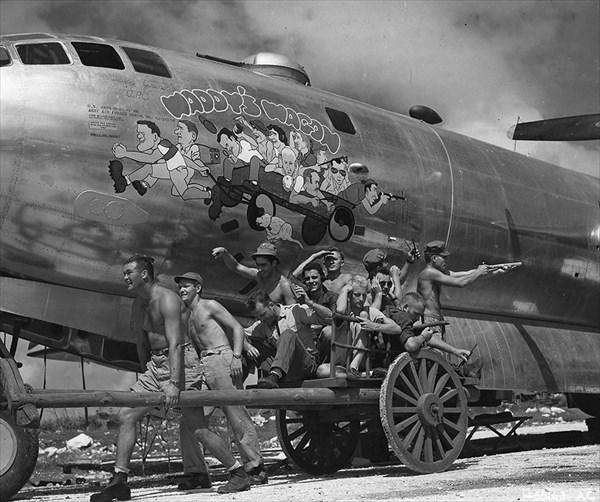 爆撃機B-29にペイントされたイラストとモデルになった本人たちによる写真