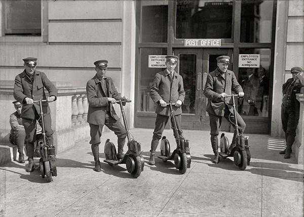 1917年、新たに配備されたスクーターとともに写真に写る配達員