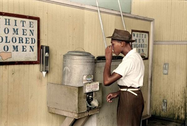 1939年アメリカ・オクラホマ州、黒人専用の給水機で水を飲む黒人男性