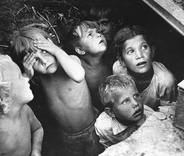1941年、バルバロッサ作戦による爆撃に怯えるベラルーシの子供たち