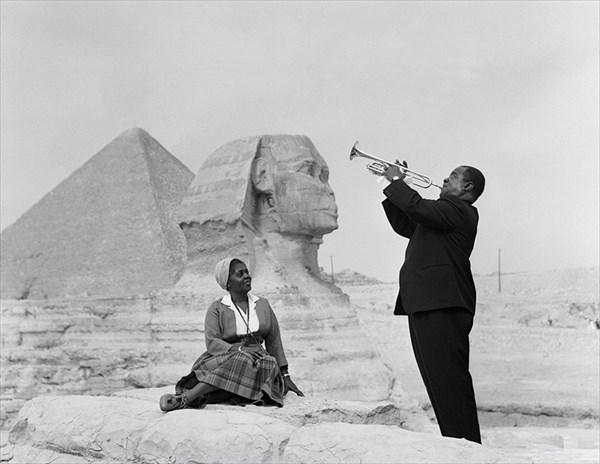 1961年、スフィンクスの前で演奏をするジャズミュージシャンのルイ・アームストロング