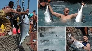 アドレナリンMAX!マグロのつかみ取り! イタリアの海辺町でマグロ祭り開催