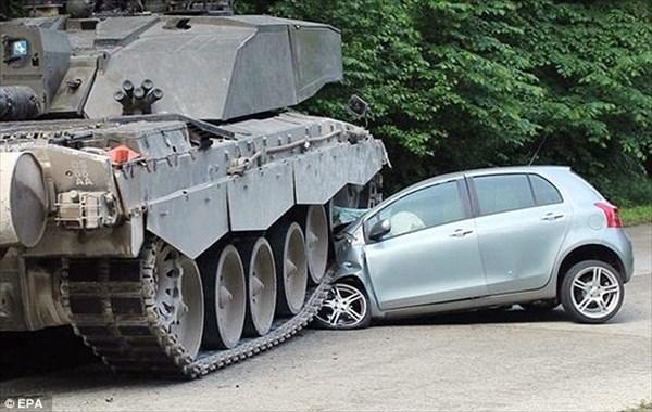 やっぱり戦車は強かった! ドイツで戦車と車が交通事故を起こす!!