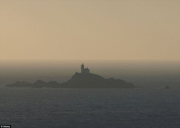 絶海の孤島に浮かぶ「お化け灯台」 そしてそこで一人孤独に生活することを決めた男性