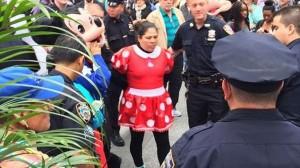 ミニーマウスVSハローキティ!? タイムズスクエア前で乱闘、そして逮捕へ