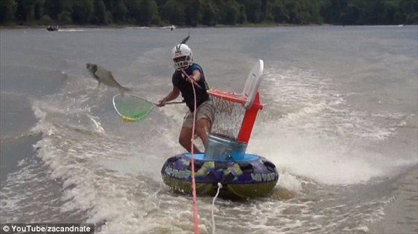 エクストリームフィッシング!? 水面から飛び出す魚をキャッチする新スポーツ