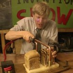 トーストを切ると同時に焼く! イギリスの過激発明家が今度は電熱包丁を開発!