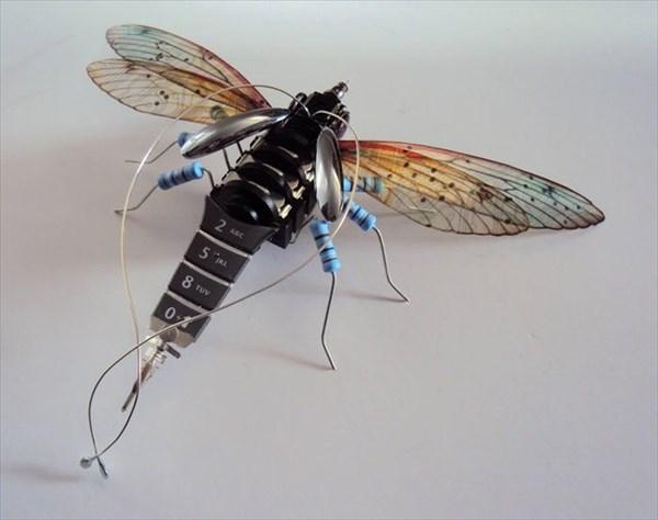 サイバーバグ!? 電子廃棄物から作られた昆虫アート!!