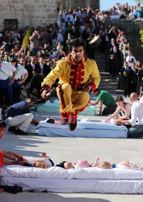 見ていて不安になる! スペイン伝統行事の「赤ちゃんジャンピング祭り」