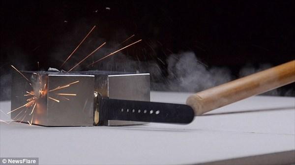 もったいない! ブロガーが130万のアップルウォッチを強力磁石で破壊!