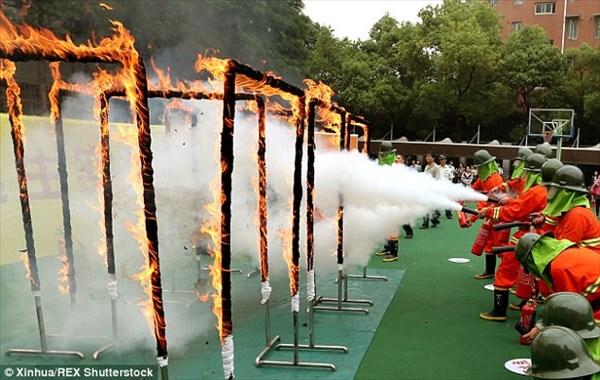 もはや訓練じゃない!! 中国の学校でおこなわれるリアルすぎる消防訓練!!