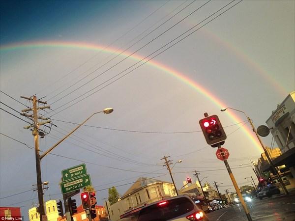 神秘的! オーストラリアのハーバーブリッジに2重の虹の橋がかかる!!
