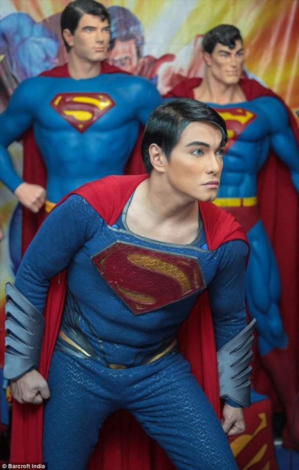 スーパーマンになろうとしている男性 割れた腹筋にする整形手術を断られる