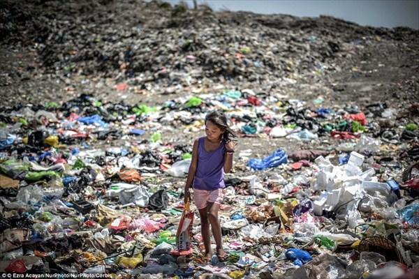 フィリピンの深刻なゴミ問題 ゴミの浮かぶ川で泳ぐ子どもたち