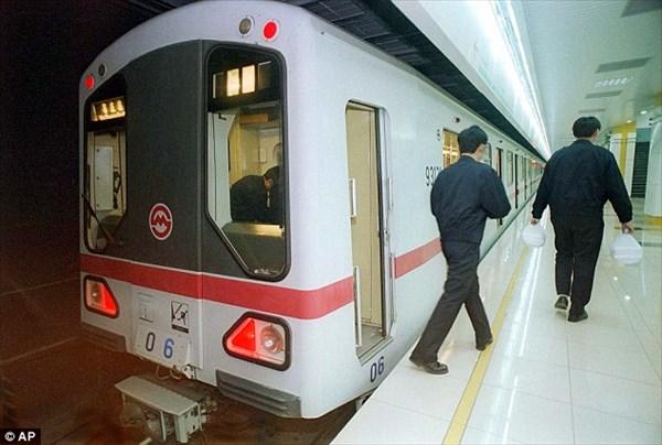 中国・上海の地下鉄車内で生きたウナギが大量に散乱する事件が発生!