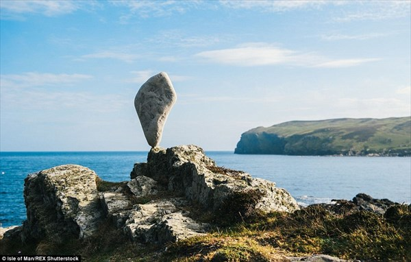 重力無視! 絶妙なバランスで石を積み上げる神業と、マン島の美しい景色!!