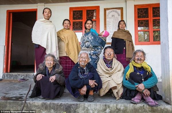 鼻栓と顔のタトゥー 部族の女性に通過儀礼としておこなわれていた儀式