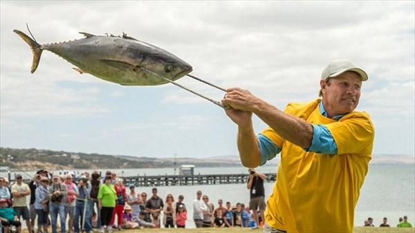世界で最も奇妙なスポーツ!? 今年もマグロ投げ選手権がオーストラリアで開催