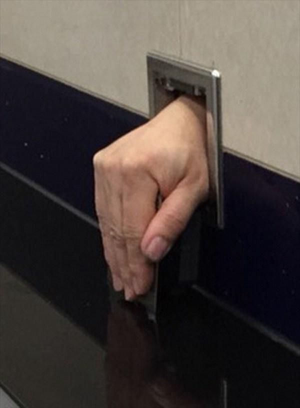 恐怖! 空港の男子トイレから人間の手が現れる!!