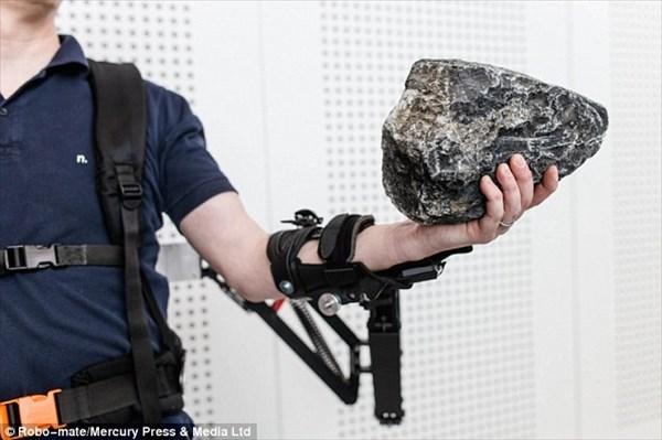 感じる重さは1/10!! 通常の10倍の重さを持ち上げられる「ロボメイト」