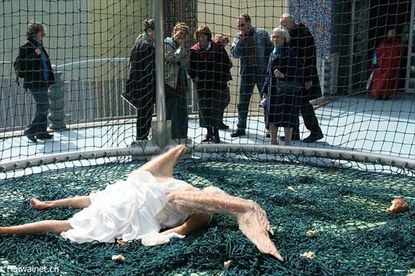 超リアルなアート! 中国人アーティストによる「地に落ちた老婆の天使」!!