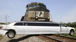 リムジンが線路上に立ち往生! そのまま貨物列車に数百フィート押し出される!